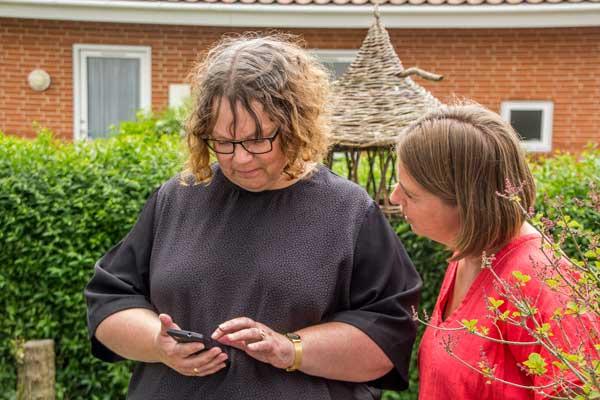 Majken og Anette bruger DoMyDay strukturhjælpemidlet